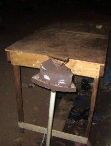 Ett gammaldags strykjärn som används utan elektricitet