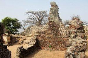 Delar av ruinerna från fortet på Kunta Kinteh Island - Foto: Thegambia.nu