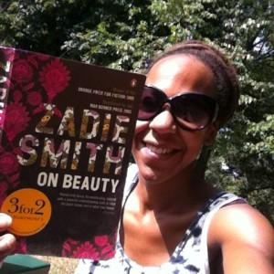Tanya läser boken On Beauty. Foto: Tanya, thegambia.nu