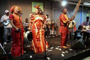 Jaliba Kuyateh med Kumareh Band under ett Sverigebesök 2013. Foto: Kiqi Dumbuya, Afropé