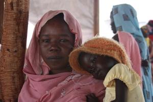 Kvinna i Sudan, med barn på armen. Personerna på bilden är tagna i ett helt annat sammanhang och har inte med artikeltexten att göra. Foto: EU Humanitarian Aid and Civil Protection credit Malini Morzaria