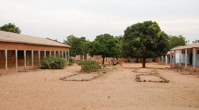 Radio hjälper skolbarnen i eboladrabbade Guinea