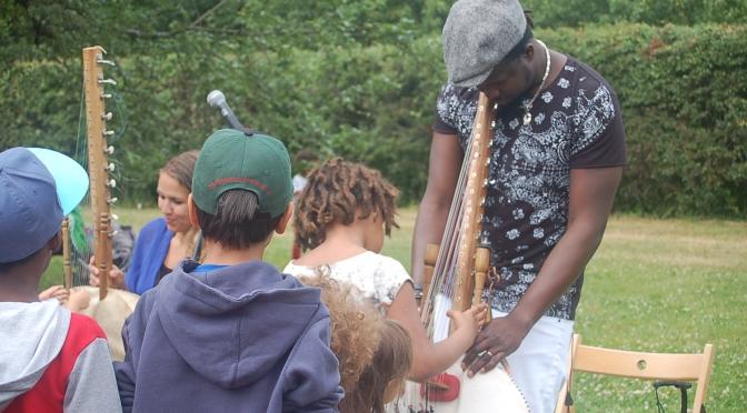 Lär barnen lekar, sagor och sånger på Mandinka