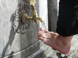 Rituell fottvagning inför bön