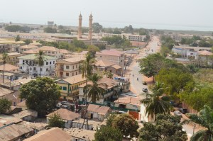 Utsikt över Banjul, från tornet i bågen Foto: Fatou Touray, Afropé