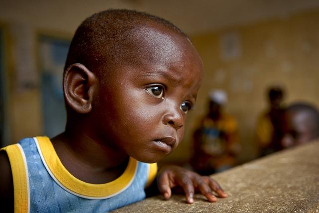 Teknik med SMS hjälper föräldrar i Tanzania att registrera sina barns födslar