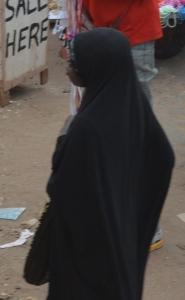 Delvis täckt ung kvinna, men inte täckt i ansiktet. Foto: Fatou Touray, Afropé