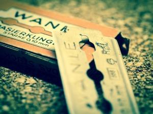 Rakblad, ett vanligt verktyg vid kvinnlig könsstympning