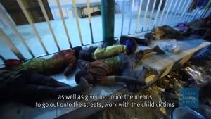 Boendet är under all kritik för många pojkar Skärmdump från Youtubefilm från Human Rights Watch
