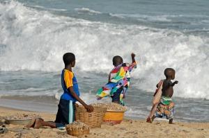 Lekande barn i Ghana. Barnen på bilden har ingen koppling till texten. Bild: Pixabay