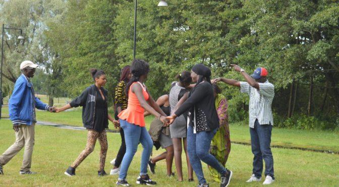 Afropé får följa med Kiang Kaffu på grillfest och en ny kvinnogrupp startas
