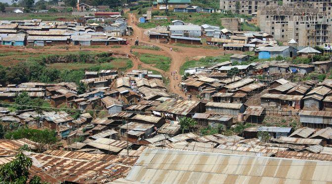 Religiösa byggnader målas gula för att förena kristna och muslimer i kenyanska Kibera