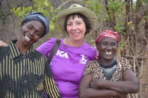 Systrarna Mungangangi Priscilla och Mutie Priscilla tillsammans med Asta Norrman (mitten). Systrarna bor i närheten av Mboti. Det har båda tackat ja till kontrakt om odling av Acacia Senegal. De är båda änkor med många barn och barnbarn. Foto: Asta Norrman